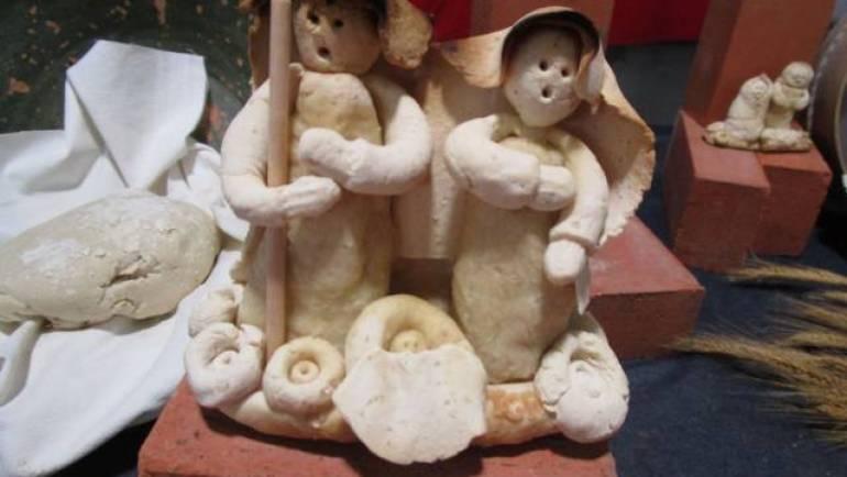 Presépios em massa de pão no mercado de Campelos